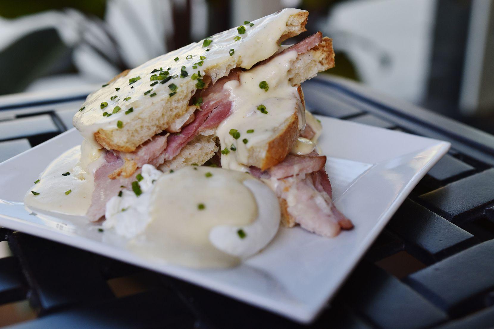 Croque madame, un sandwich au jambon et au gruyère sur un levain surmonté d'une béchamel et d'un œuf poché, est l'un des éléments du menu du petit-déjeuner.