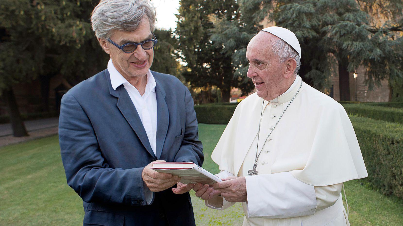 """El Papa junto al director de cine Wim Wenders, durante la filmación del documental """"Pope Francis: A Man Of His Word"""".(Focus Features)"""
