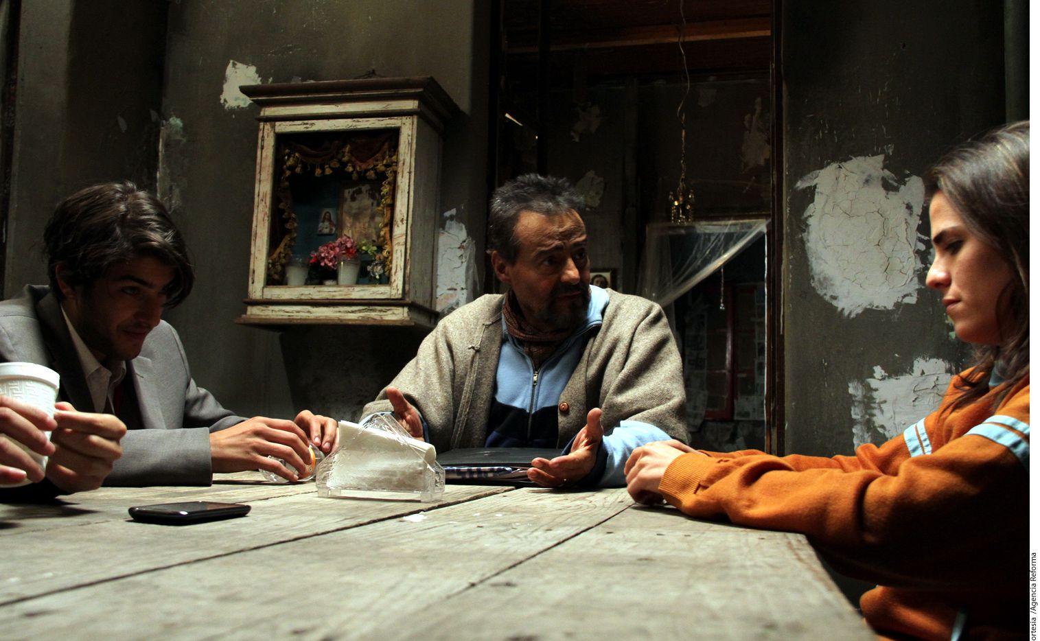 """Gonzalo Vega (centro) interpreta a Germán en la sátira social """"Nosotros los Nobles""""."""