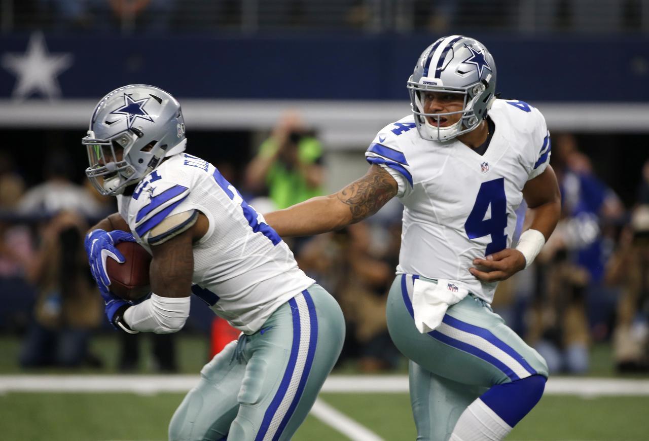 El corredor Ezekiel Elliott (21) y el mariscal Dak Prescott (4) de Dallas  fueron seleccionados al Pro Bowl. (AP/Ron Jenkins)
