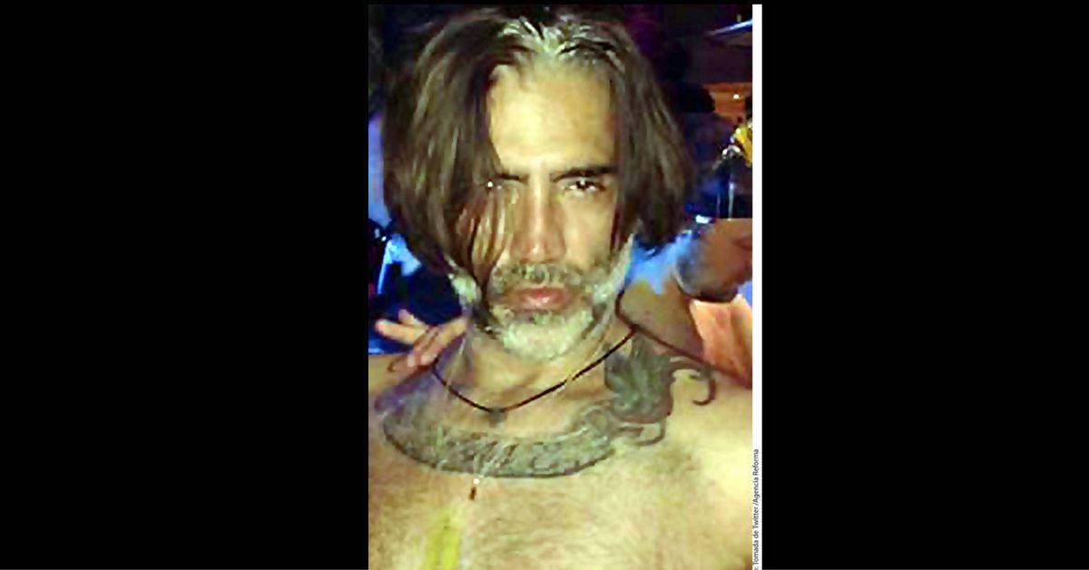 La foto que se hizo más viral es una en la Alejandro Fernández aparece luciendo en su rostro los estragos de la fiesta y posando sin camisa, adentro de un antro./AP