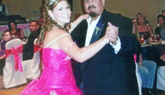 Alexus Garcia (izq.) baila con su padre durante una fiesta familiar hace unos años. (FAMILIA GARCÍA/CORTESÍA)