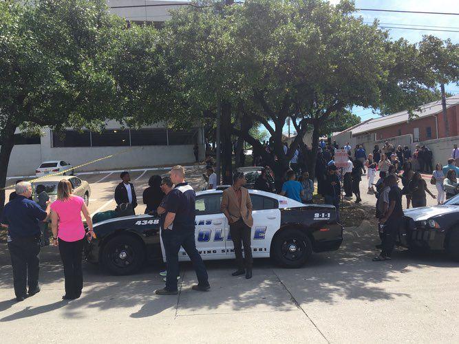 Decenas de personas fueron evacuados de un edificio cercano al High Five por la presencia de un tirador.