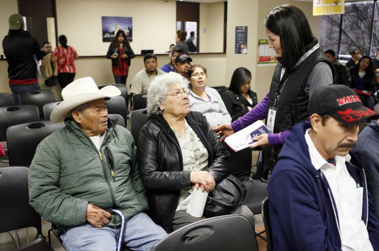 Francisco Canales, de 81 años, y Juana Canales, de 78, durante una sesión de información sobre la elección de gobernador de Zacatecas, en el consulado mexicano en Dallas. (ESPECIAL PARA AL DÍA/BEN TORRES)
