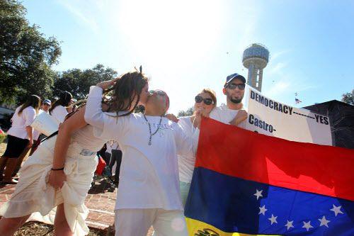 (De izq. a der.) Sofía Weir y su tío Carlos Guedes participaron en una protesta contra el régimen de Nicolás Maduro en Venezuela. Alrededor de 60 personas llegaron el domingo hasta Ferris Plaza. KYE LEE/DMN
