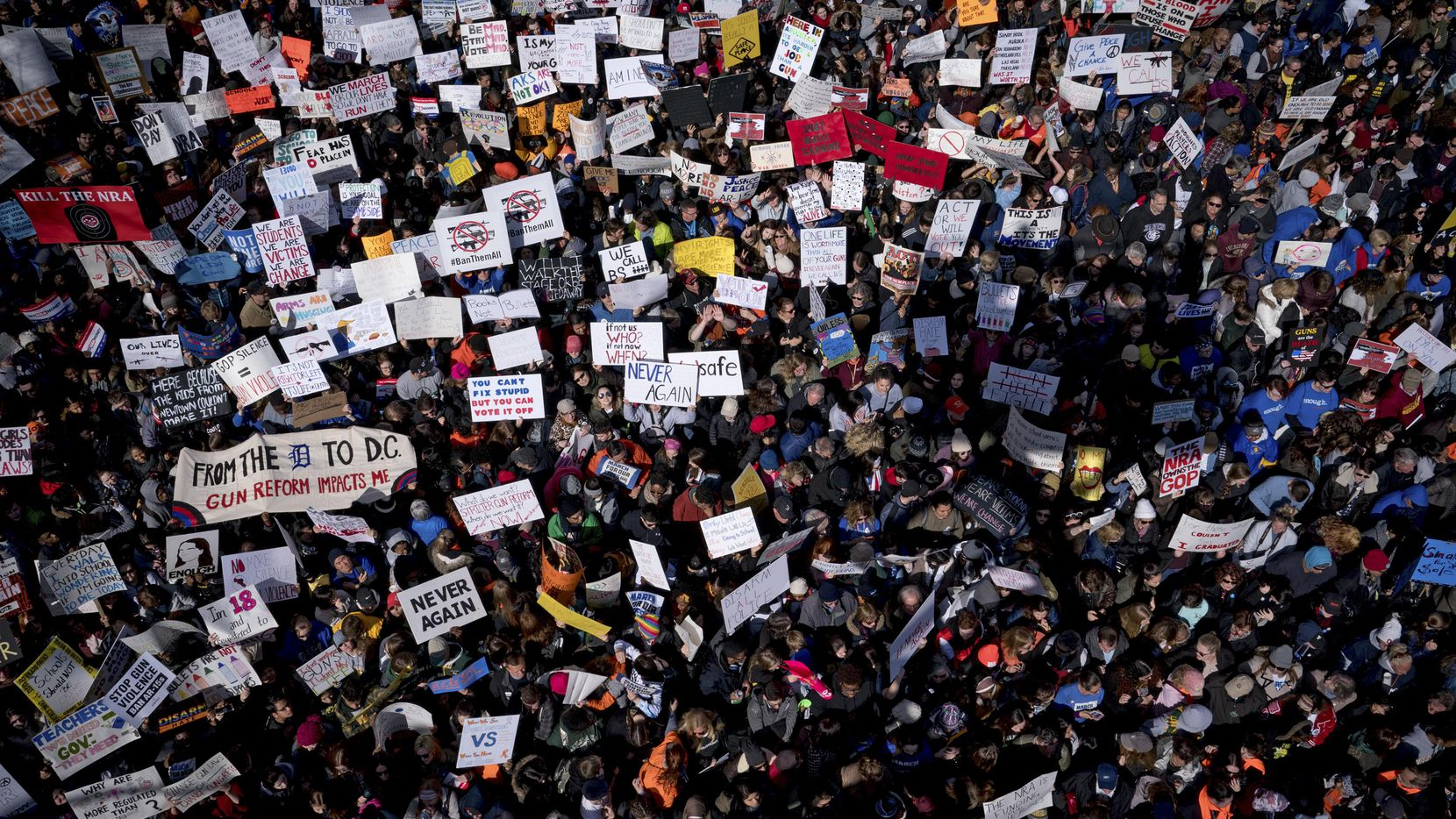 Miles de personas se manifestaron en Washington en marzo pasado a favor de mayor control de armas. Este fin de semana, la convención del NRA en Dallas juntará a los dos grupos dentro del debate.  NYT