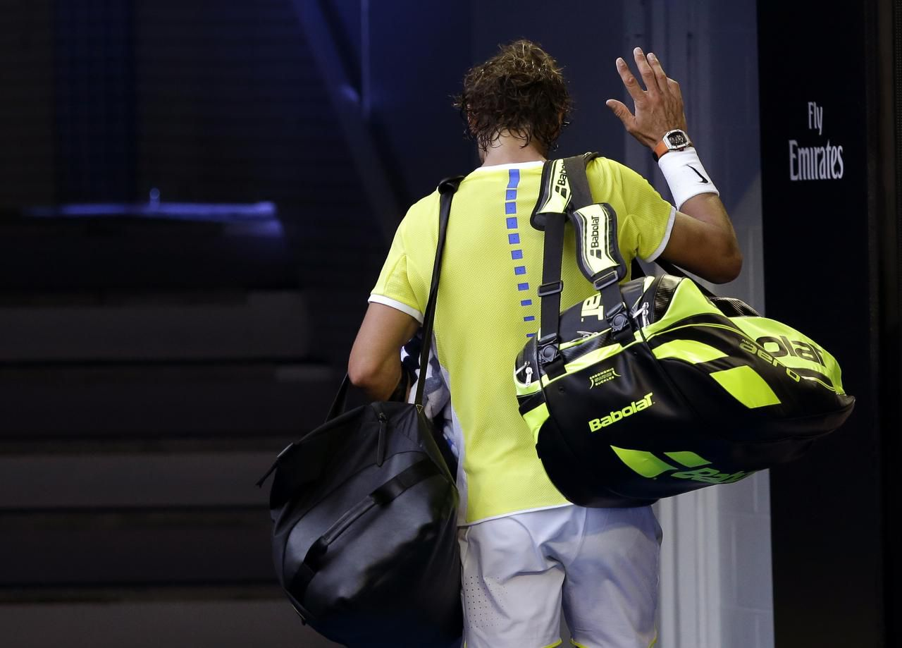 Rafael Nadal deja la cancha luego de caer ante su compatriota Fernando Verdasco. / Fotos: AP