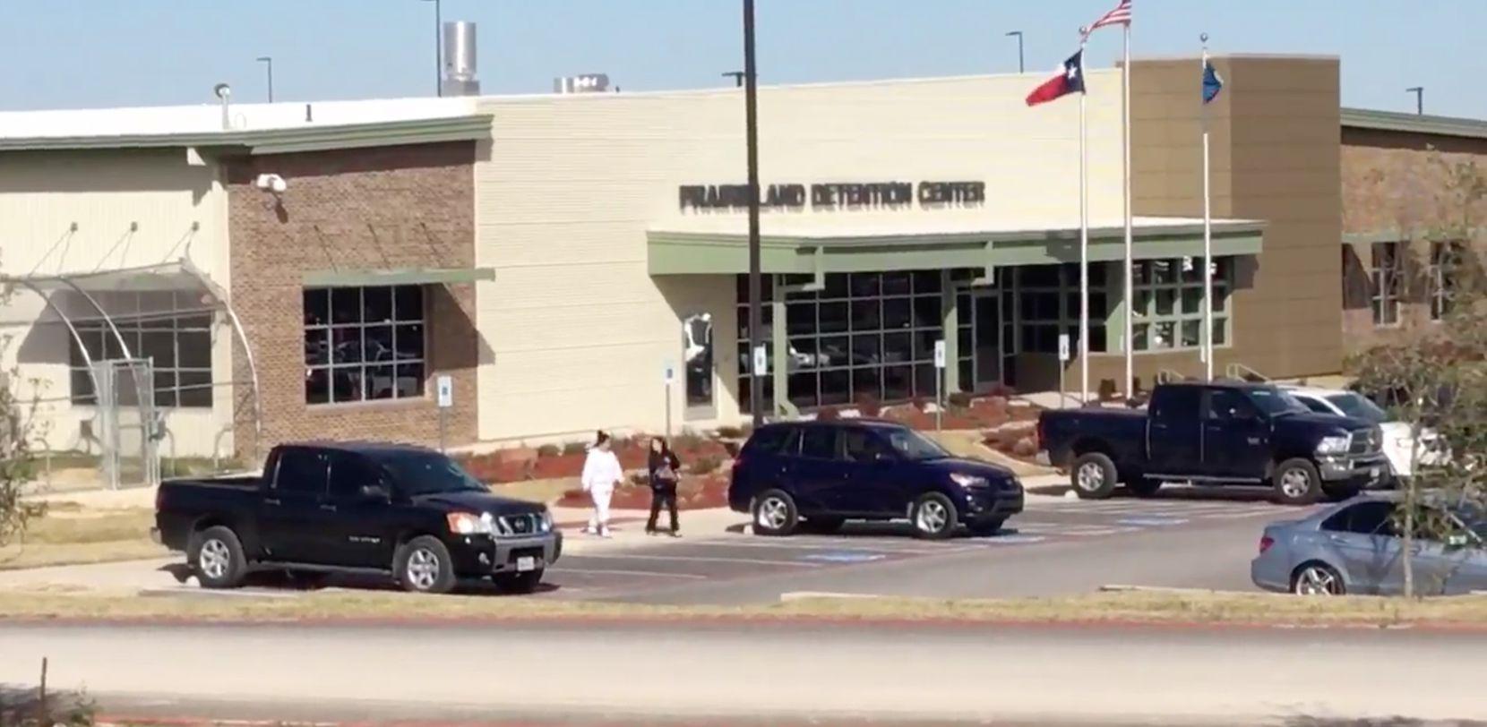 Sara Beltrán y su abogada Fatma Marouf salen del centro de detención en Alvarado. (TWITTER/FOTO DE PANTALLA)