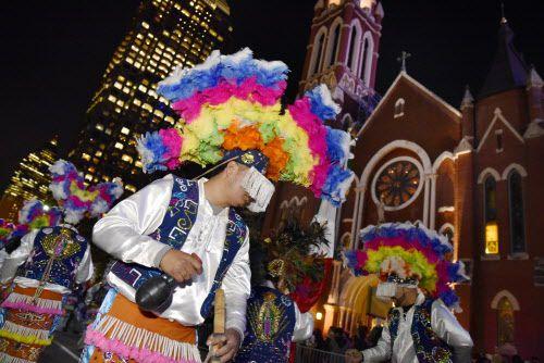 La danza de los matachines durante los festejos en el día de Nuestra Señora de Guadalupe en la Catedral de Dallas.
