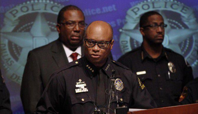 El jefe del Departamento de Policía de Dallas, David Brown, (centro) afirma que ha sido necesario pagar cientos de miles de dólares en horas extras a ciertos agentes para incrementar la seguridad en el cuartel de policía. (DMN/ARCHIVO)