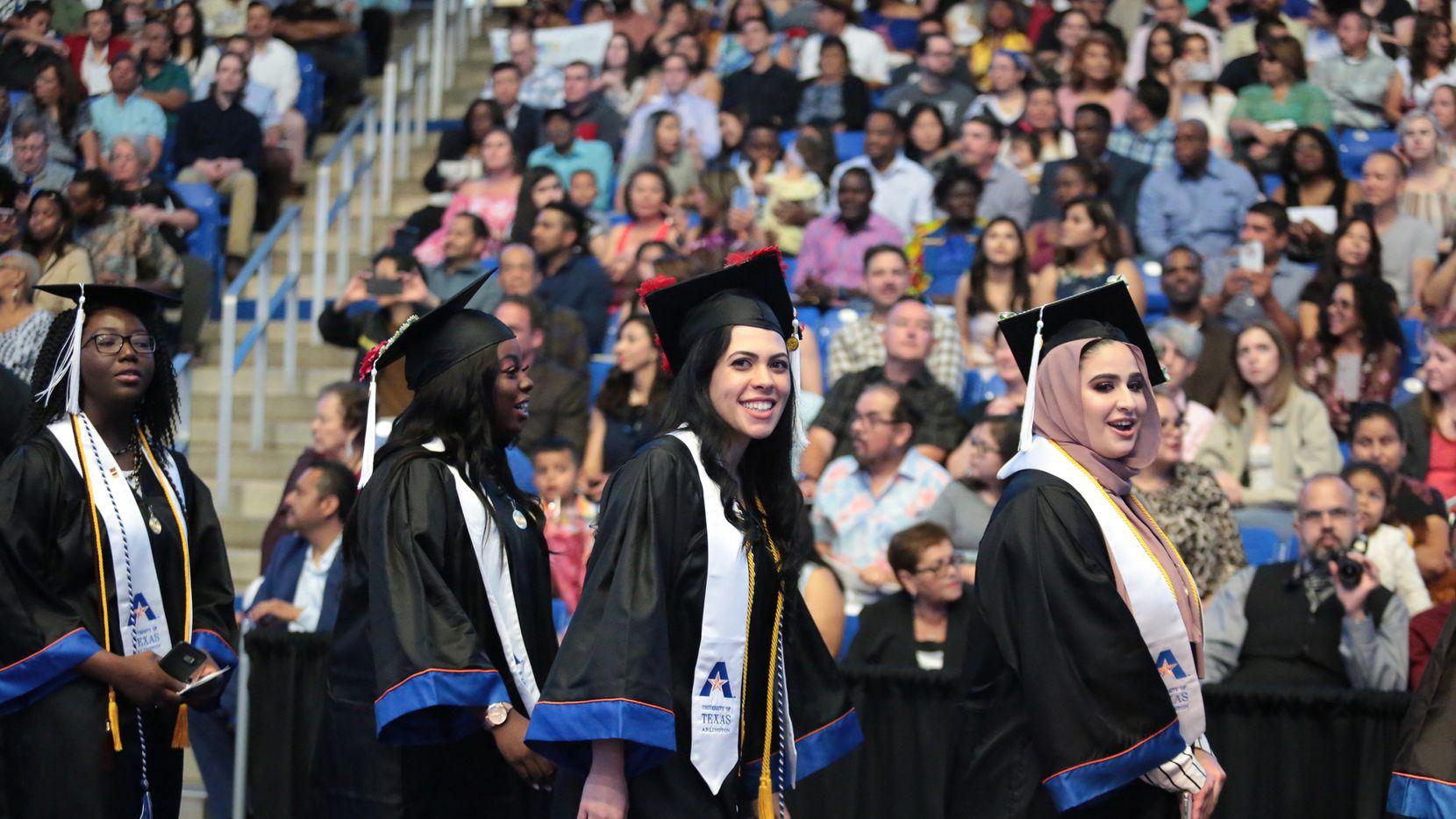 Mickaela Alves-Rosario, madre de un niño e 3 años e hija de inmigrantes, se graduó el viernes con dos títulos de UT Arlington. MARÍA OLIVAS/Especial para AL DÍA