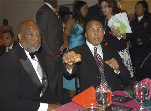 En esta foto de archivo del 5 de mayo de 2006, el exboxeador Muhammad Ali posa para una foto en Louisville, Kentucky. (AP Photo/Brian Bohannon, File)