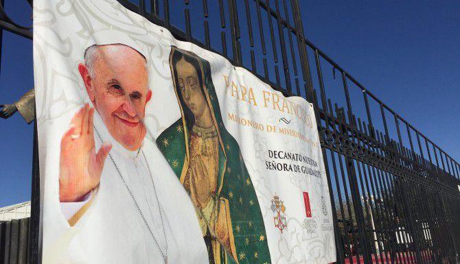 Un cártel anuncia la visita de el papa Francisco afuera de la Catedral de Guadalupe, en Ciudad Juárez. (JORGE CHÁVEZ RAMÍREZ/AL DÍA)