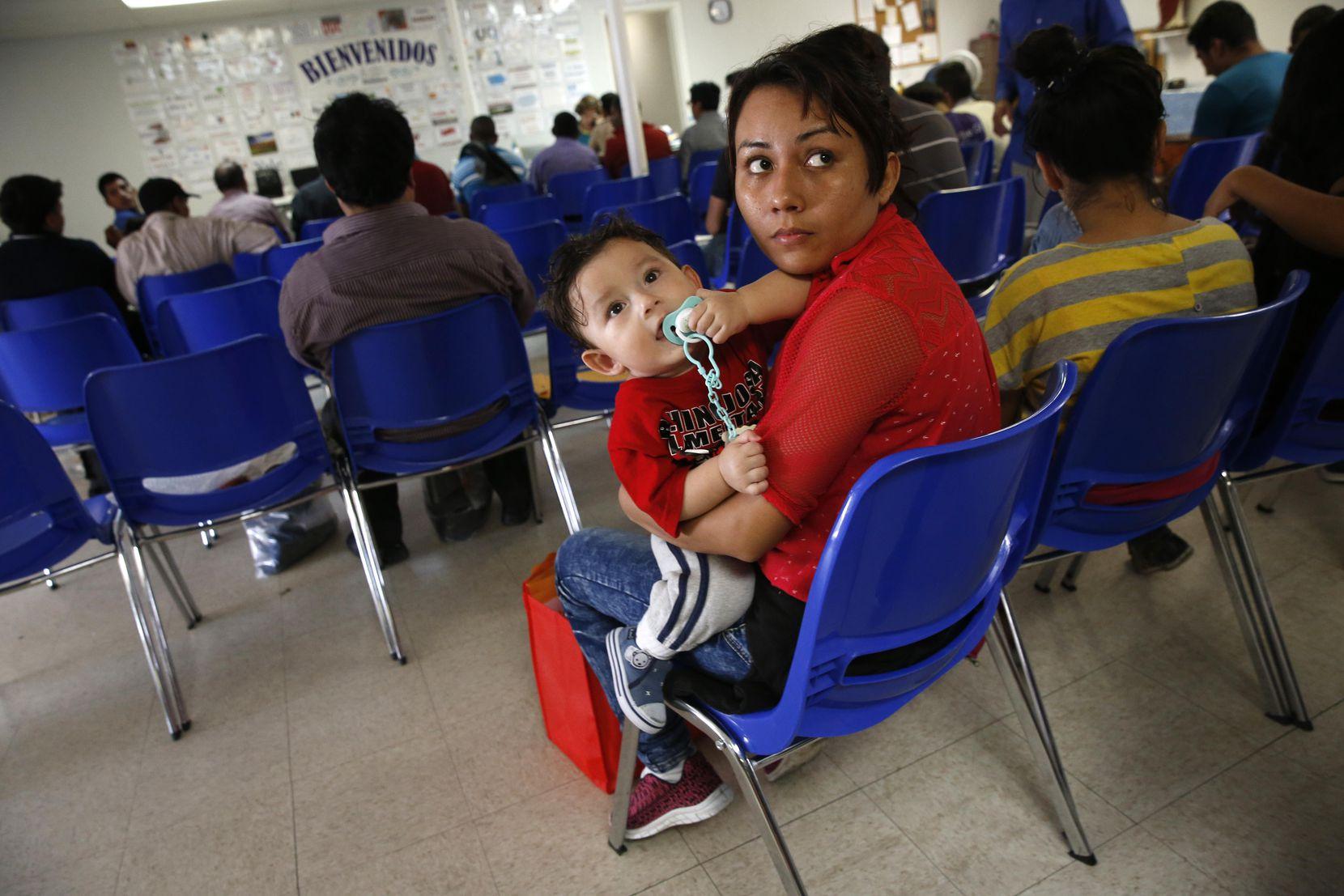 Glenda Chávez y su hijo Oliver Ricardo, de 11 meses. Ellos son de los inmigrantes afortunados que no han sido separados en la frontera. NATHAN HUNSINGER/DMN