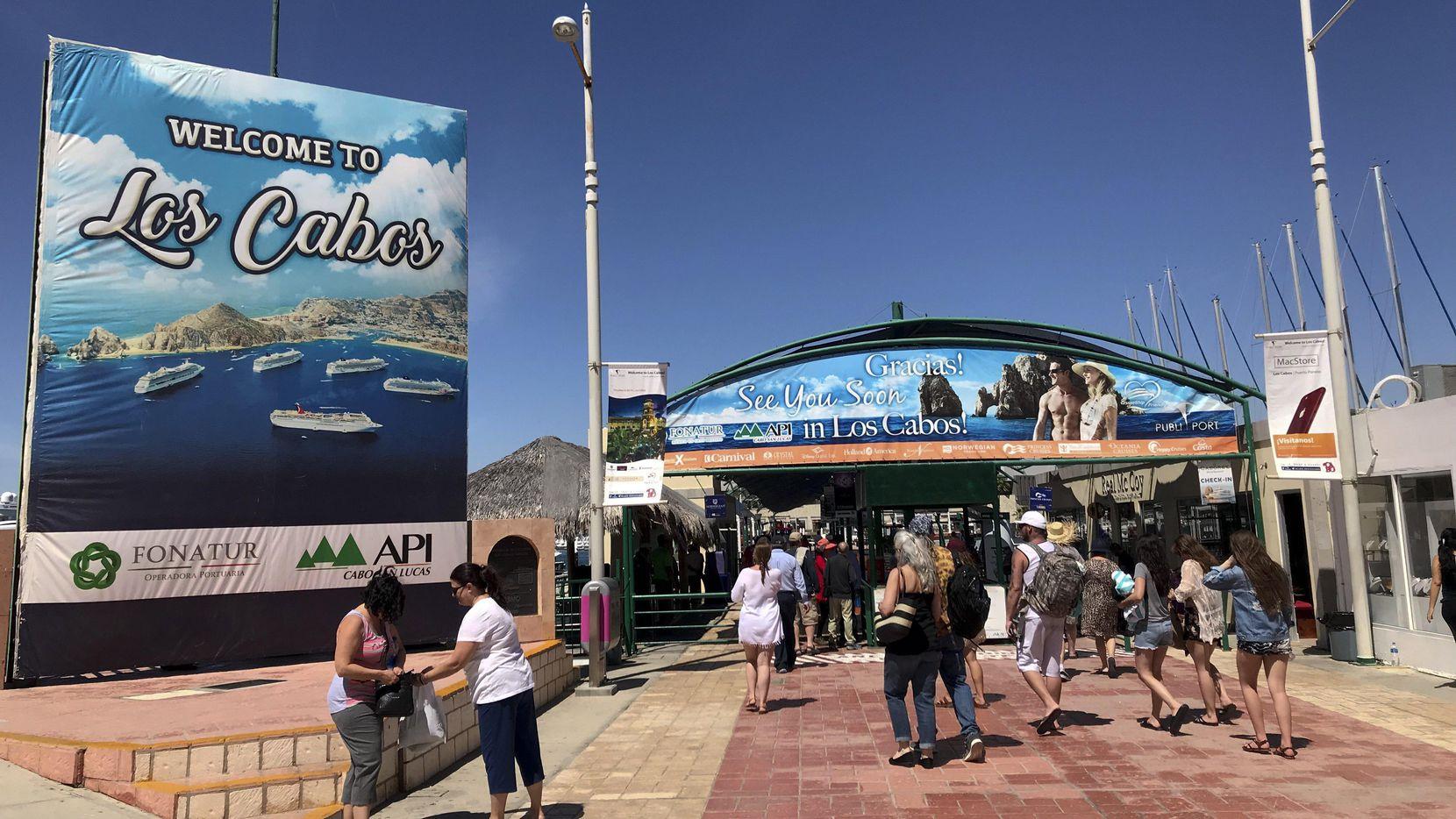 Turistas a su llegada a Cabo San Lucas, uno de los destinos en México preferidos por los turistas extranjeros. (AFP/Getty Images/DANIEL SLIM)