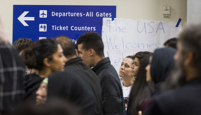 Manifestantes en el aeropuerto DFW/ (Smiley N. Pool/The Dallas Morning News)