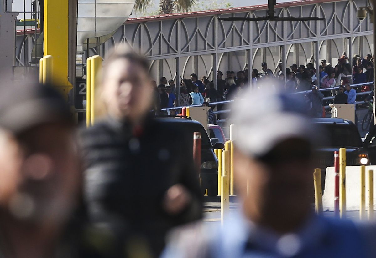 Filas de personas que buscan cruzar de Ciudad Juárez a El Paso por el Puente Internacional Paso del Norte. (Ryan Michalesko/The Dallas Morning News)