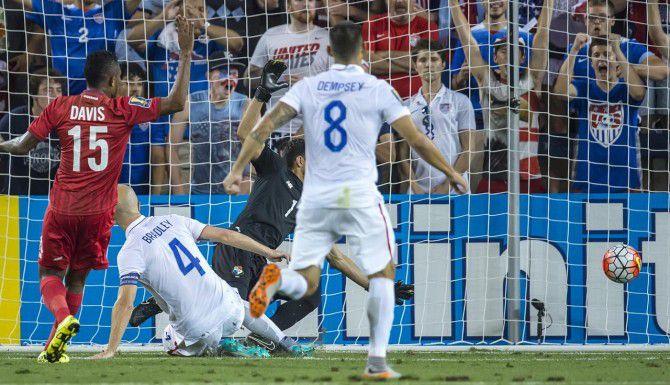 Michael Bradley, de Estados Unidos, anota el primer gol del partido ante Panamá. El partido finalizó 1-1. (TNS/DAVID EULITT)