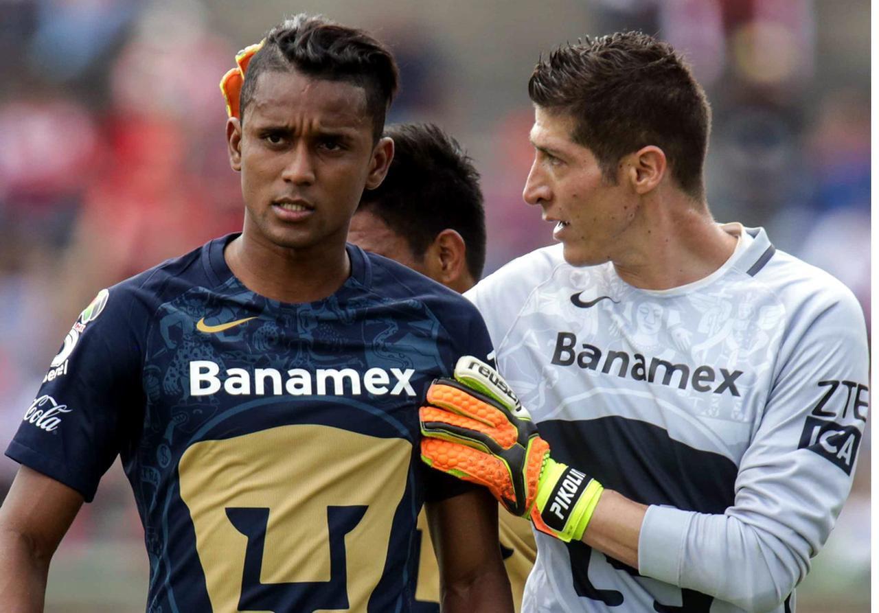 Fidel Martínez (izq.) y Alejandro Palacios son titulares con Pumas.(AGENCIA REFORMA)