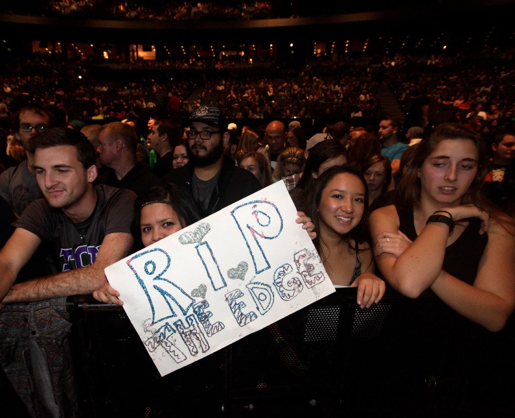 """Fans express their condolences during the """"How The EDGE Stole Christmas"""" show at Verizon Theatre in Grand Prairie, TX, on Dec. 6, 2016. (Jason Janik/Special Contributor)"""