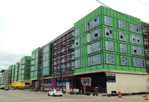 Uno de los complejos en construcción cerca de Trinity Groves, en West Dallas. DMN
