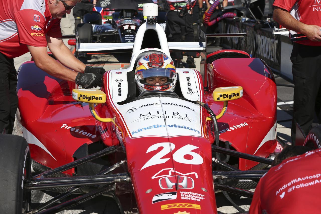 Carlos Muñoz, de Colombia, estuvo al frente en gran parte de la carrera que inició en junio en el Texas Motor Speedway. (AP/MEL EVANS)