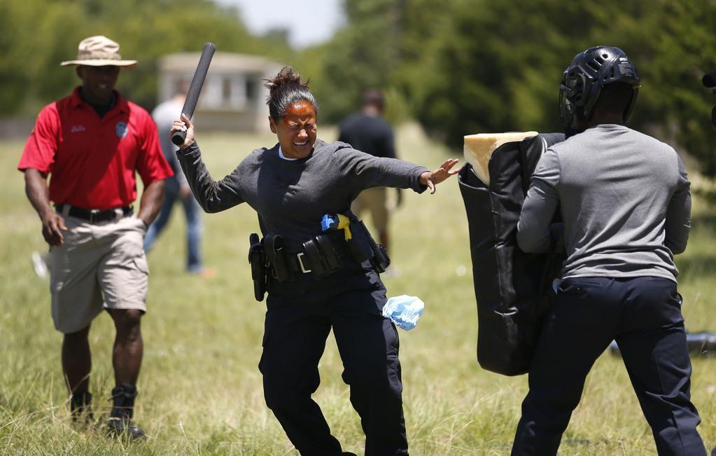 Lucero Marín, recluta de la policía, lucha contra un obstáculo luego de recibir gas lacrimógeno como parte de su entrenamiento. ROSE BACA/DMN