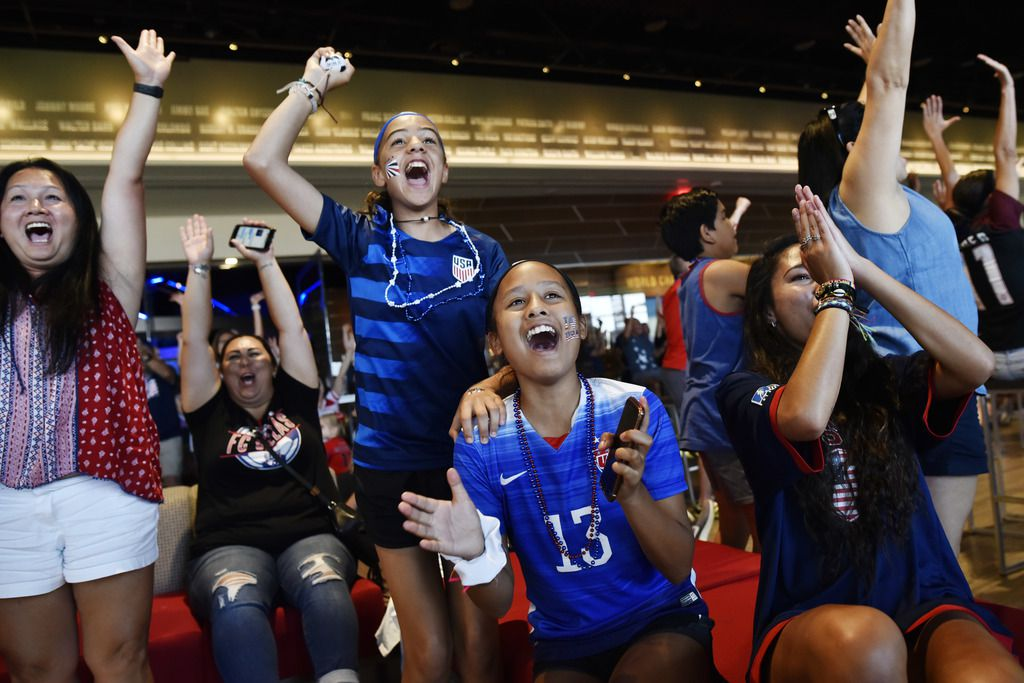 Yasmine Aissaoui, 12, izq., Katarina Soto, 12, y Natasha Soto, 16, en el Watch Party del viernes 28 de junio en el National Soccer Hall of Fame en Frisco. (Foto de Ben Torres para AL DÍA)