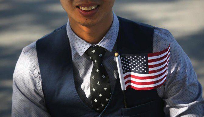 Un inmigrante filipino se apresta a nacionalizarse en Liberty State Park, en Jersey City. (GETTY IMAGES/JOHN MOORE)