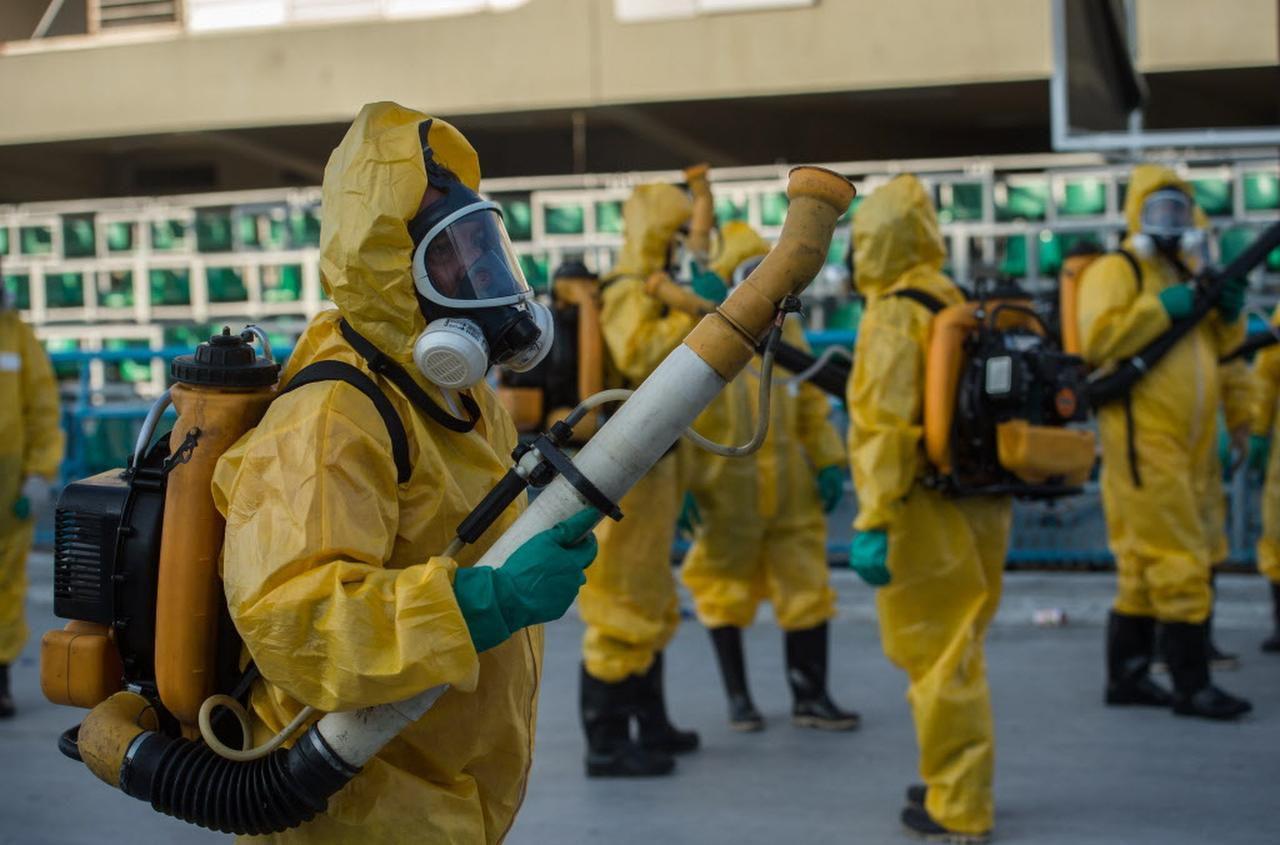 Agentes municipales se preparan con su equipo médico en el sambódromo de Río de Janiero. Más de 200,000 soldados ayudarán a fumigar contra el mosquito transmisor del zika. (AFP/GETTY IMAGES/CHRISTOPHE SIMON)
