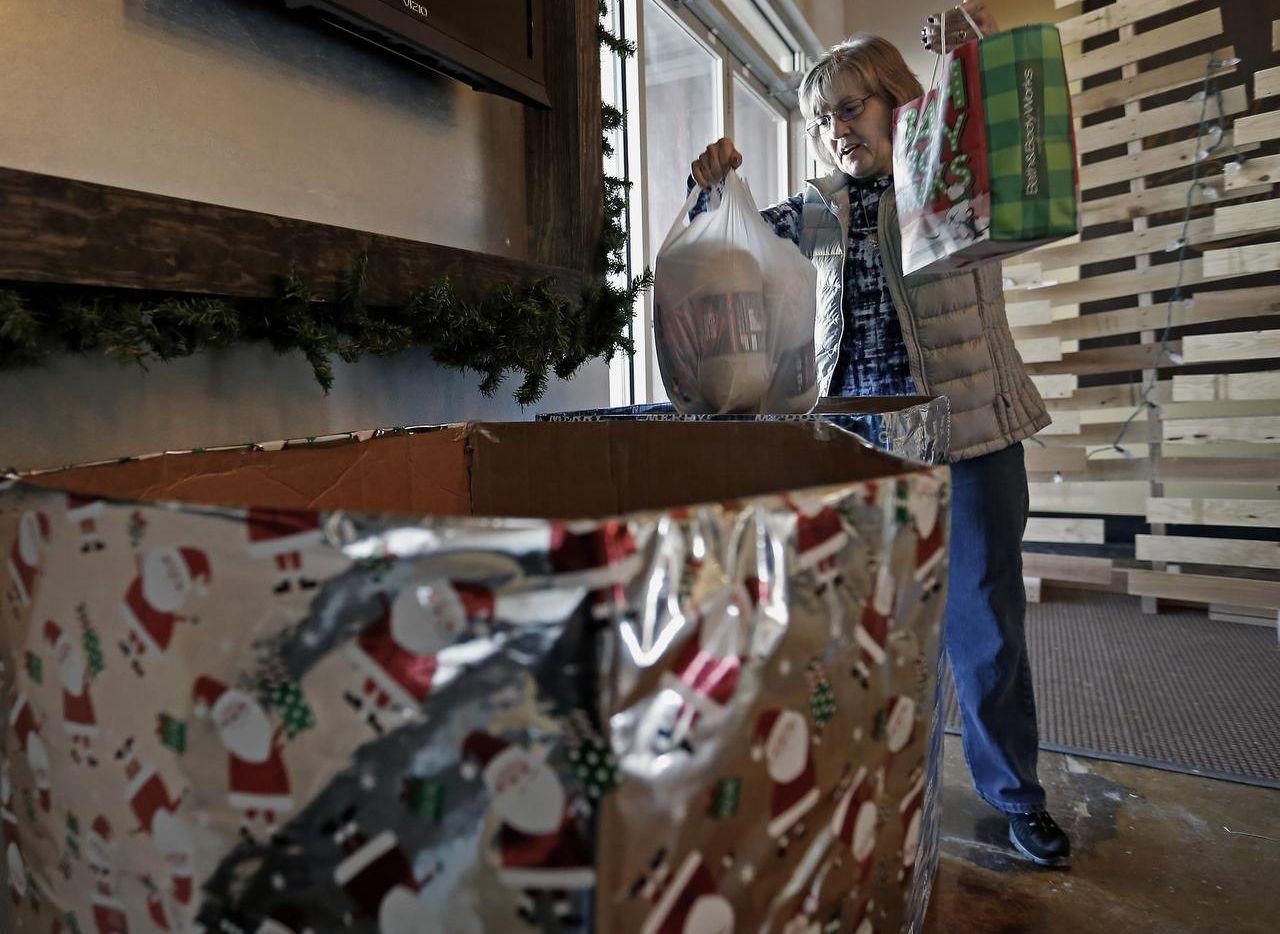 Amy Low deposita sus donativos en la Life Church de Midlothian, para los niños centroamericanos. (DMN/JAE S. LEE)