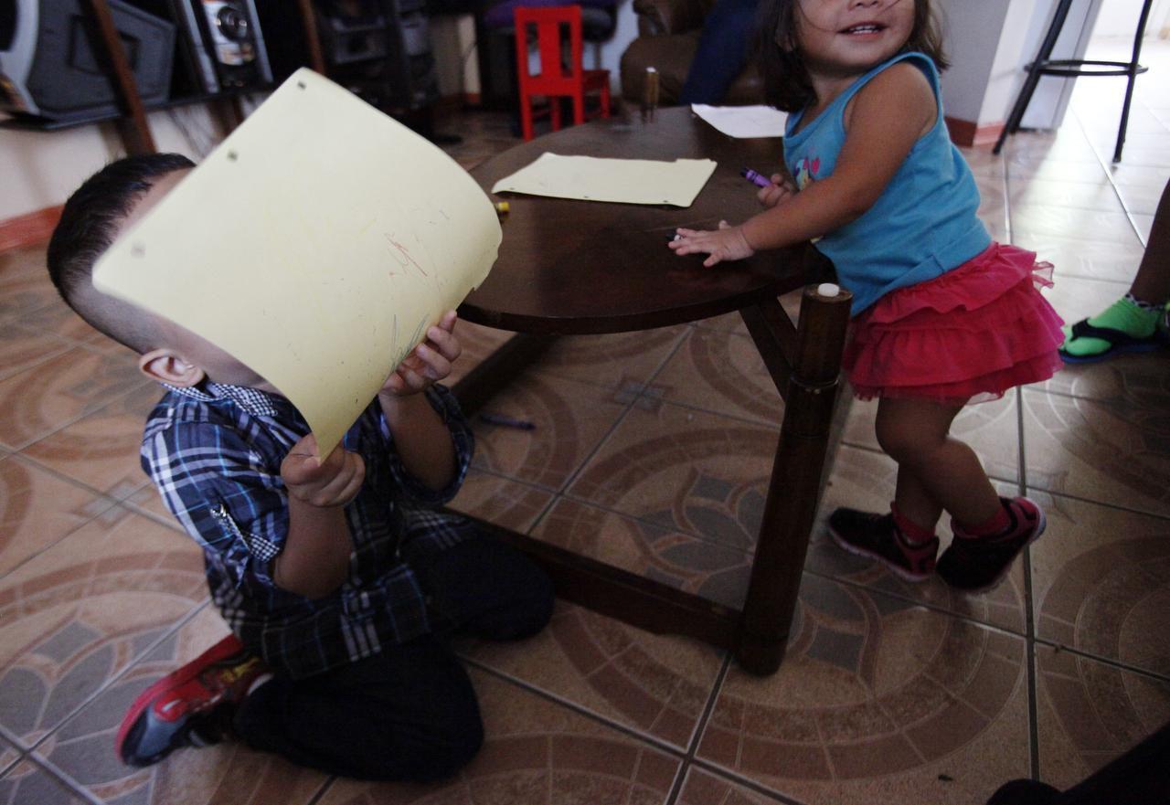César, de 4 años, muestra un dibujo que hizo junto a su hermana Estela, de 1 año. César llegó a la frontera sur con su padre, quien fue detenido en la frontera sur de Texas. El niño vive con su madre en Dallas. BEN TORRES/AL DIA