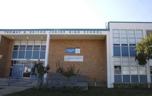Esta escuela podría albergar a niños separados de sus padres en Dallas, según propone Clay Jenkins.
