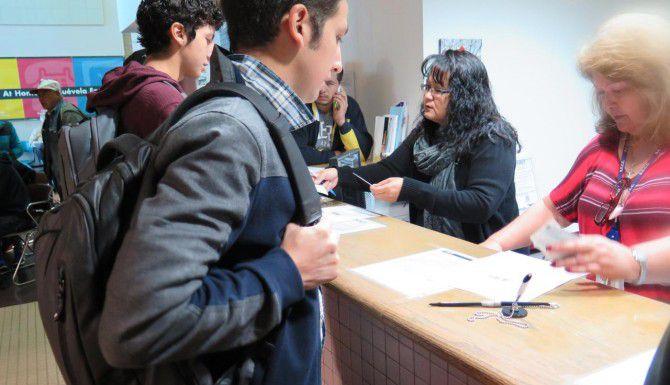Jóvenes migrantes tramitan su licencia de conducir tras obtener la acción diferida. (AP/ASTRID GALVÁN)