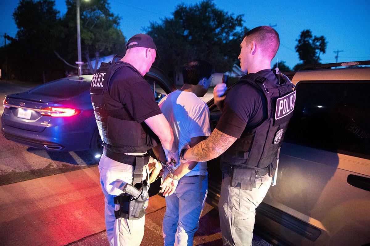 ICE reportó 75 arrestos en una serie de operativos, pero estos no son una redada como el caso de CVE Group en abril pasado. (CORTESÍA/ICE)