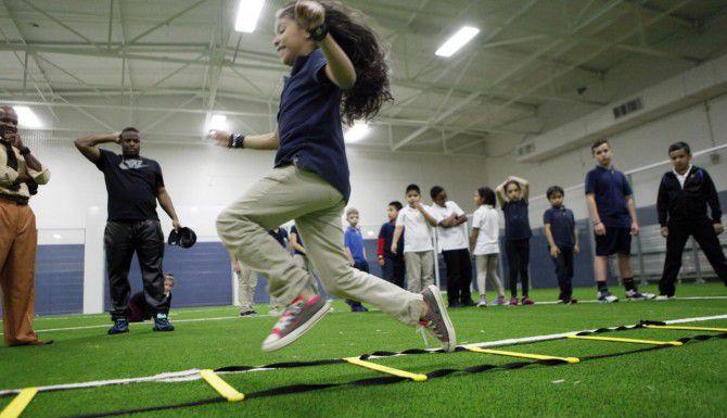 Karissa Ramírez, de 8 años, participa de un ejercicio previo a un partido de futbol en el Pleasant Oaks Recreational Center. (ESPECIAL PARA AL DÍA/FOTOS: BEN TORRES)