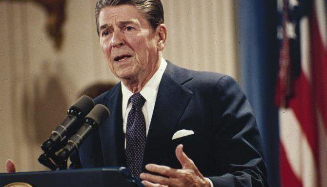 El presidente Ronald Reagan extendió los beneficios de la amnistía de 1986 a los familiares de migrantes que llegaron después de la fecha de corte de 1982. (AP/J. SCOTT APPLEWHITE)