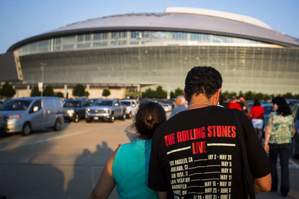Fans walk toward AT&T Stadium before the show.