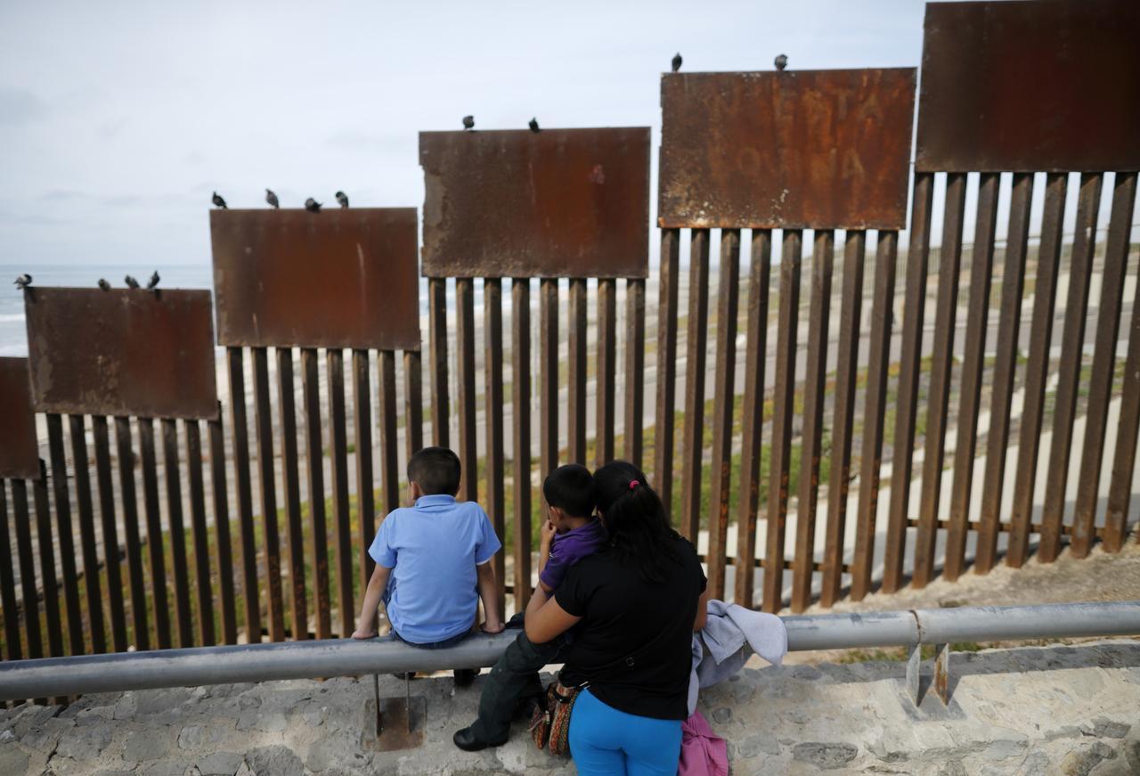 La frontera con Estados Unidos vista desde Tijuana. El candidato republicano dice que construirá un muro fronterizo y que México lo pagará. El gobierno mexicano negó dicha idea. (ASSOCIATED PRESS/AP)
