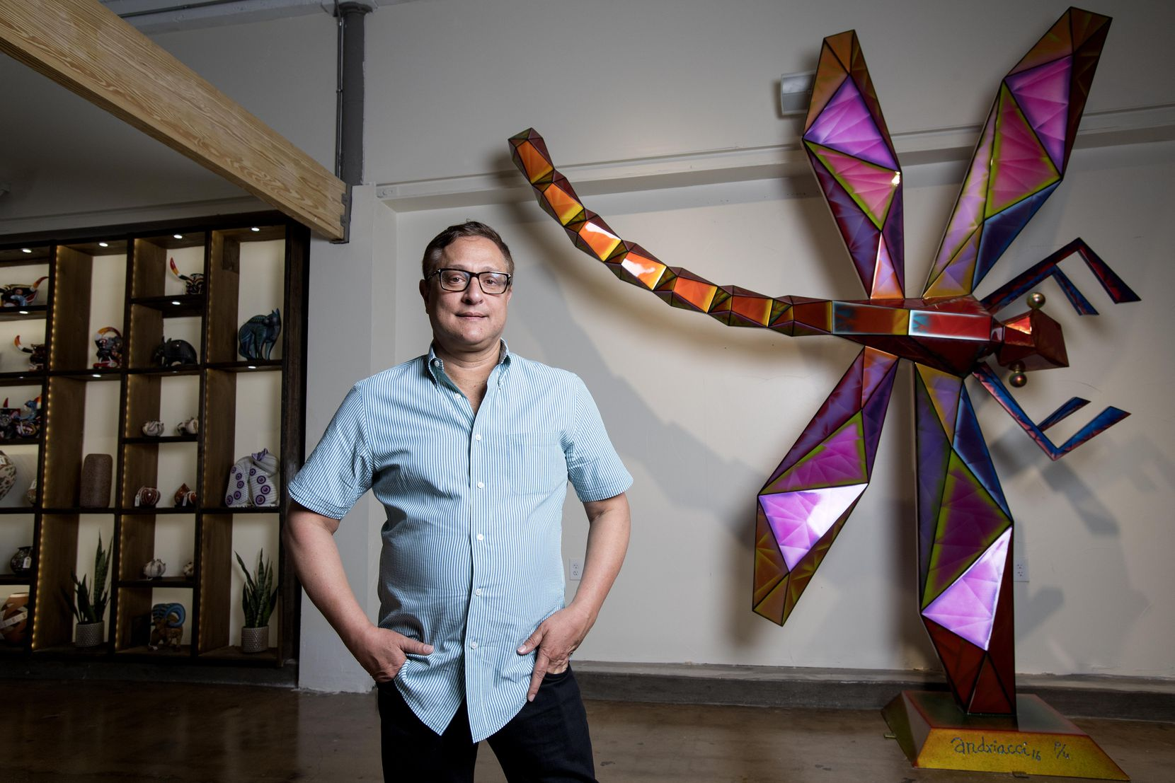 Jorge Baldor, fundador de Mercado Artesanal, junto a una de las piezas en exhibición. JEFFREY McWHORTER