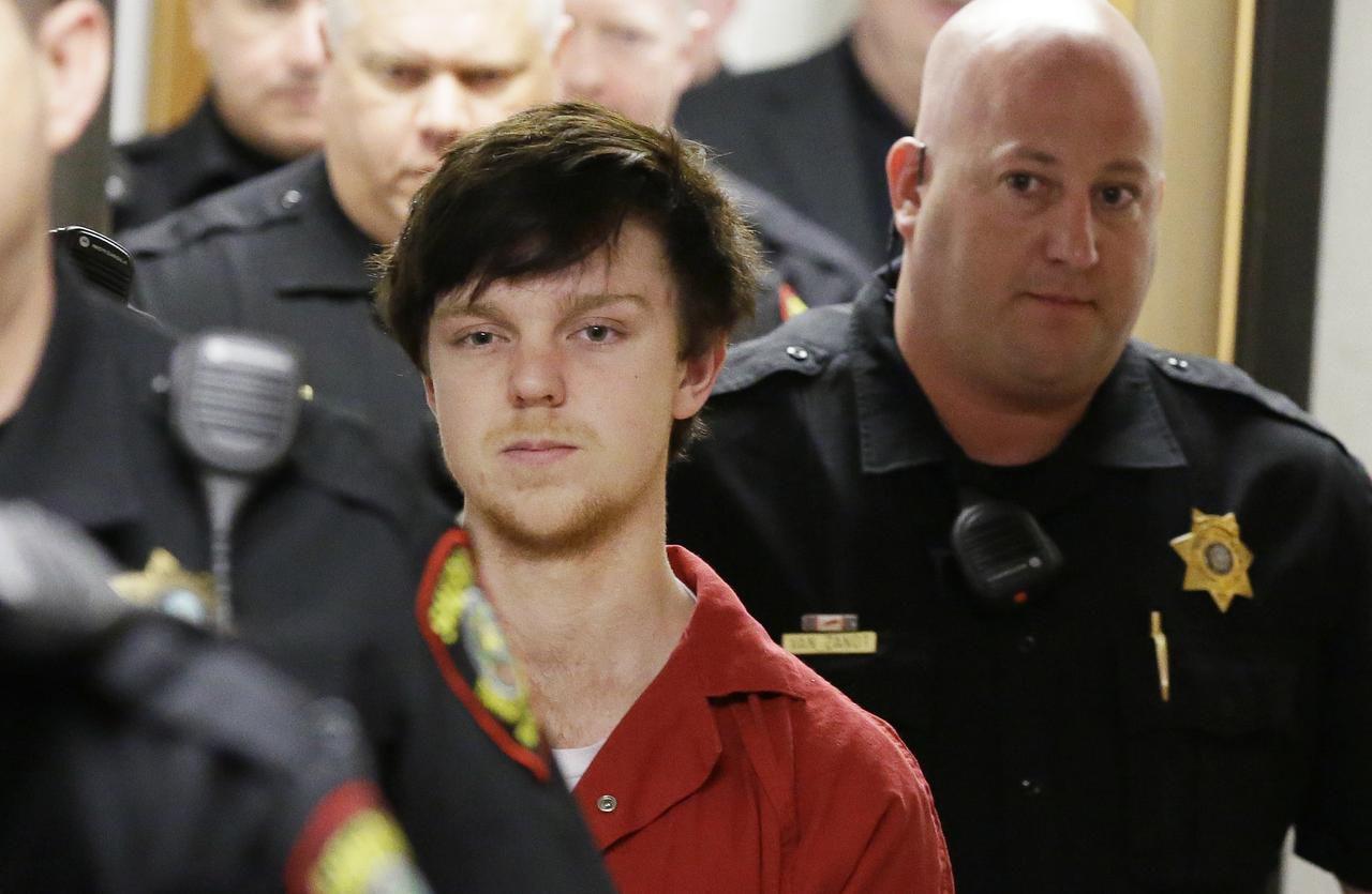 """Ethan Couch es escoltado por oficiales luego de una audiencia en Fort Worth, en febrero pasado. El miércoles 13 de abril, el """"joven de la afluenza"""" tiene una nueva cita judicial. (AP/LM OTERO)"""