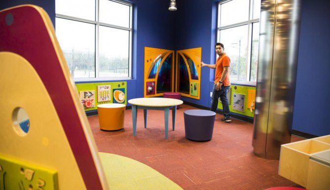 Gary López, asistente de la nueva Biblioteca Sur de Irving, muestra Kid Zone, el espacio infantil del edificio. (ESPECIAL PARA AL DÍA/MARÍA OLIVAS)