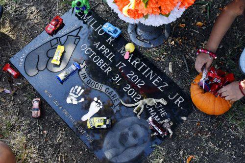 La familia Martínez visita la tumba de su hijo en Calvary Hill. BEN TORRES/AL DÍA