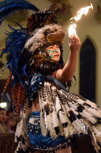 Marco Ozuna del grupo Pakal durante la danza de los matachines en la Catedral Santuario de Guadalupe.