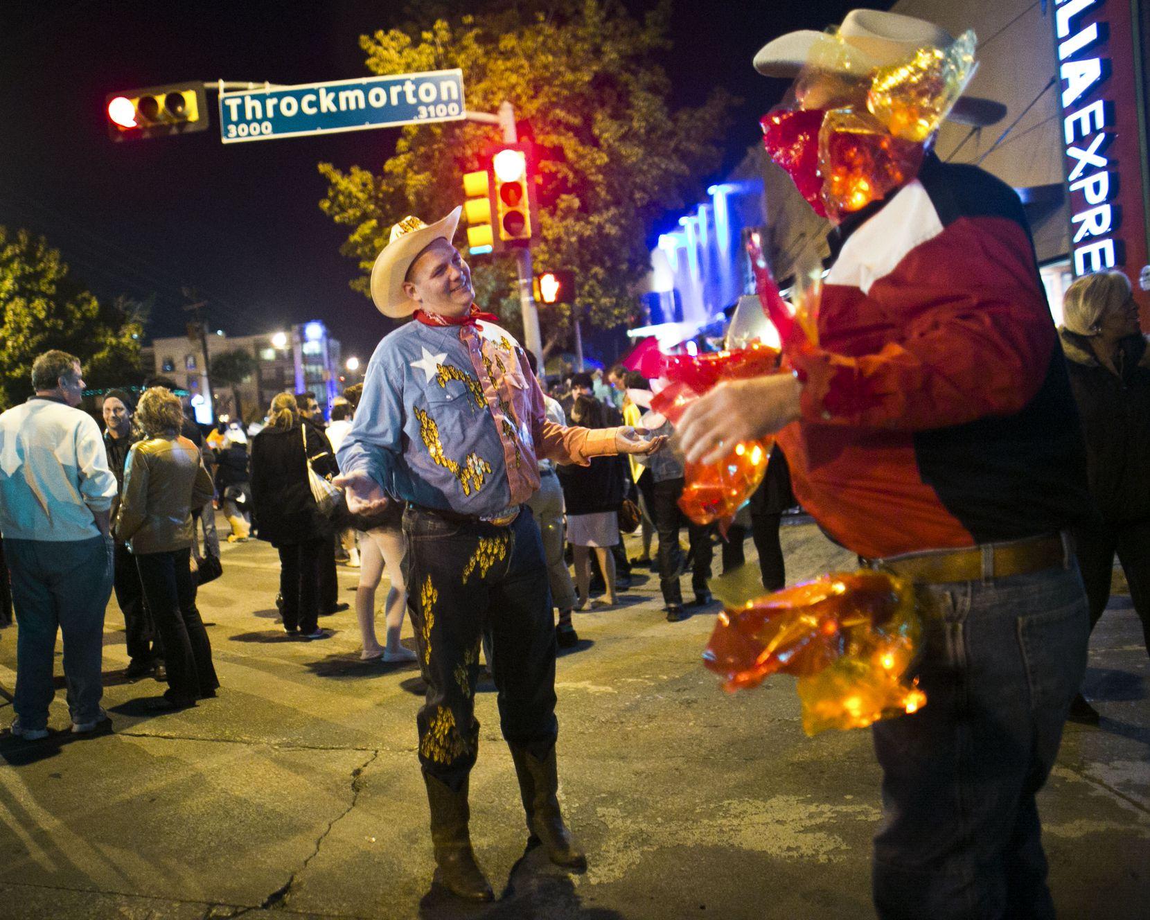 Dos hombres vestidos de Big Tex quemado/GuideLive