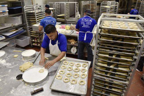 William Gudiel, izquierda, prepara la masa para hacer pan dulce estilo guatemalteco en Panadería Guatemalteca La Mejor en Carrollton. (Ben Torres / Especial para Al Día)