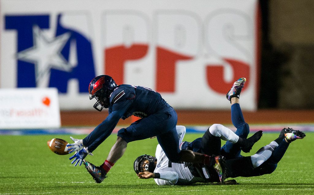Bishop Dunne's John Emmanuel (20) recovers a fumble during a 13-9 win over Bishop Lynch in last year's TAPPS Division I state championship game. (Ashley Landis/The Dallas Morning News)