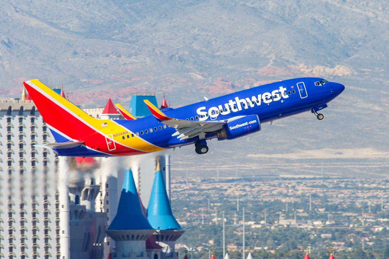 Un vuelo de Southwest Airlines aterrizando en el Aeropuerto Internacional de Las Vegas.