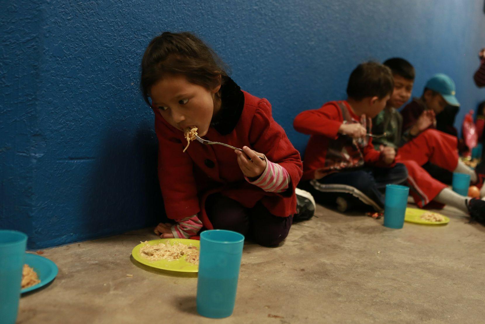 Niños de familias migrantes se refugian en un gimnasio en Ciudad Juárez, mientras esperan solicitar asilo en Estados Unidos.(AP Photo/Christian Torres)