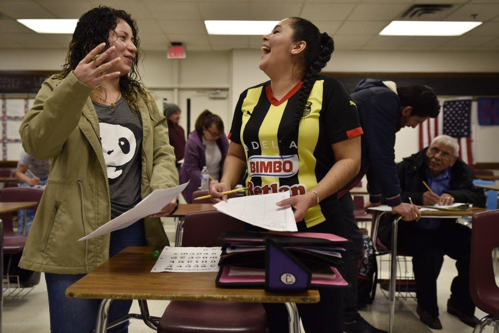 Katarina Páez (izq.) y Wendy Andino practican un ejercicio en inglés durante uno de los cursos que se ofrece para adultos en el distrito de Irving. BEN TORRES/ESPECIAL PARA AL DÍA
